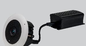 Con un diseño compacto, esta cámara con 'ojo de pez' cumple con el estándar ONVIF, de forma que permite a los usuarios trabajar con las soluciones del proveedor que prefieran. La germana Dallmeier presenta su nueva cámara MDF5450HD-DN perteneciente a la serie 5000, con la cual busca ofrecer un reconocimiento de objetos gracias a funcionalidades de inteligencia artificial de primer nivel. Esta cámara ofrece muy buenos resultados cuando se encuentra con una conexión de baja velocidad, gracias a la codificación de vídeo H.265 que le permite exhibir una resolución de 2.880×2.880. Este codificador por hardware permite reducir el consumo de datos hasta un 50% en comparación con el H.264, a la par que mantiene la misma resolución y calidad de imagen. Si lo combinamos con los sistemas de grabación de Dallmeier, facilita una reducción sustancial tanto del uso de la red como del espacio de almacenamiento. Cuenta con un sensor de 8 Mpx con el objetivo en forma de 'ojo de pez', y su formato compacto permite instalarla en los espacios más constreñidos. Si la comparamos con los modelos convencionales, la nueva MDF5450HD-DN de Dallmeier ofrece importantes ventajas en términos de discreción, espacio requerido para su funcionamiento, y flexibilidad gracias a los dos encapsulados separados para el codificador y el sensor. Tecnología en las nuevas cámaras Integrada en el codificador de esta cámara con 'ojo de pez', disponemos de tecnología de redes neuronales, las cuales son instrumentales para la producción de una clasificación de objetos de alta calidad. Con una breve fase de aprendizaje hay más que suficiente para permitir un uso más efectivo de las funciones automatizadas para el análisis del vídeo, como la lossless o el tracking múltiple de audio. El soporte ONVIF (Perfil S) facilita la integración de este modelo en sistemas VMS de terceras partes. Con ello, se asegura un procesamiento correcto del vídeo cuando este es gestionado por software de terceras partes. También gracias a
