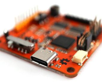 Herramienta multiprotocolo y multivoltaje para hacking de hardware