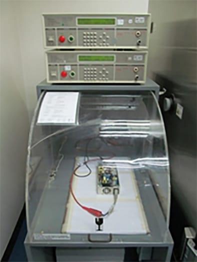 Figura 3: Una configuración típica de pruebas de rigidez dieléctrica de producción automatizada, cortesía de Advanced Energy.